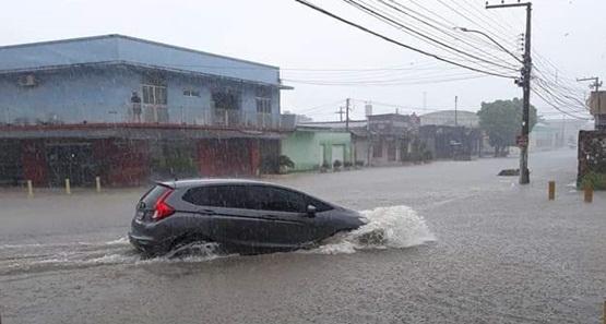 Em pouco tempo de chuva, ruas ficam alagadas em Porto Velho; VEJA