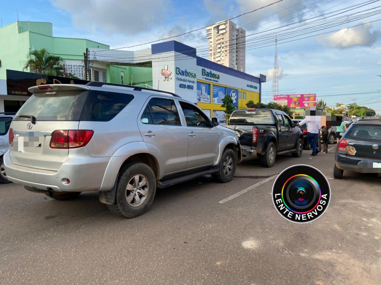 ENGAVETAMENTO – Acidente envolve quatro veículos na Avenida Abunã