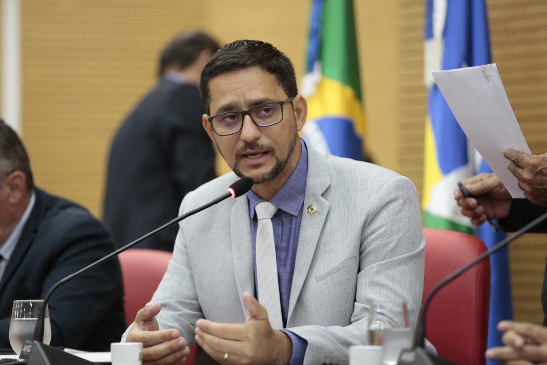 Deputado Anderson assina requerimento solicitando do governo de Rondônia, abertura de edital para contratação de médicos brasileiros formados no exterior