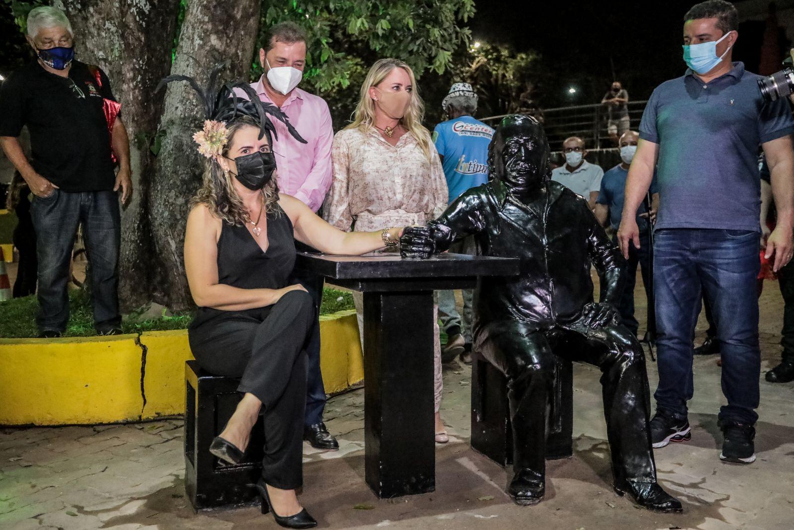 Prefeitura inaugura estátua em homenagem a Manelão, da Banda do Vai Quem Quer