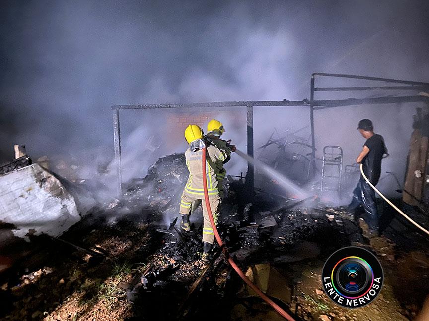 Associação de Moradores da Vila Princesa é destruída por incêndio – FOTOS E VÍDEO