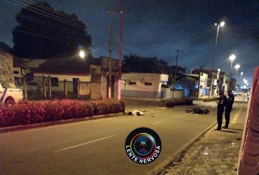 Motociclista morre ao colidir em poste e sofrer fratura no pescoço