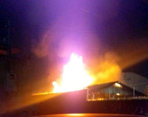URGENTE – Residência está sendo destruída por incêndio na zona sul da capital