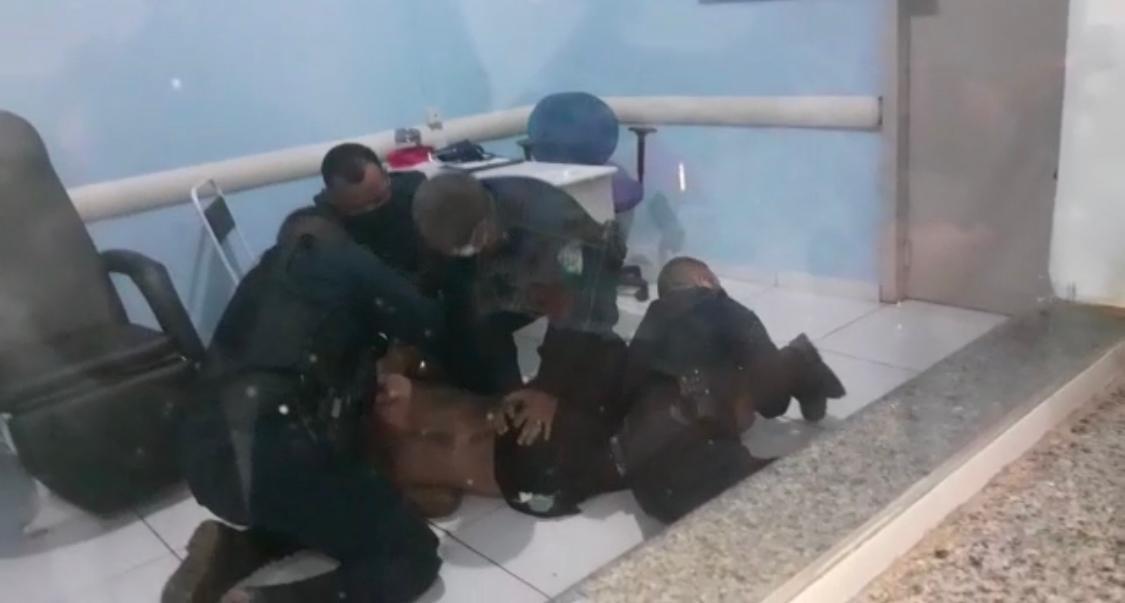 Homem armado com facão invade unidade de saúde e causa pânico em servidores – VÍDEO