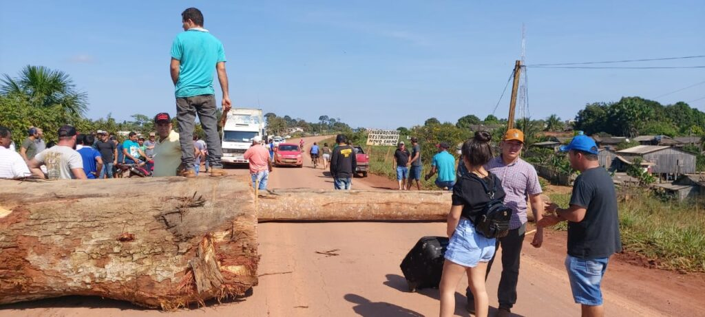 BR-364 é interditada no distrito de Vista Alegre do Abunã por trabalhadores contra ações do IBAMA