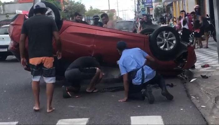 Casal escapa de morrer carbonizado após veículo capotar e começar a pegar fogo – VEJA VÍDEO