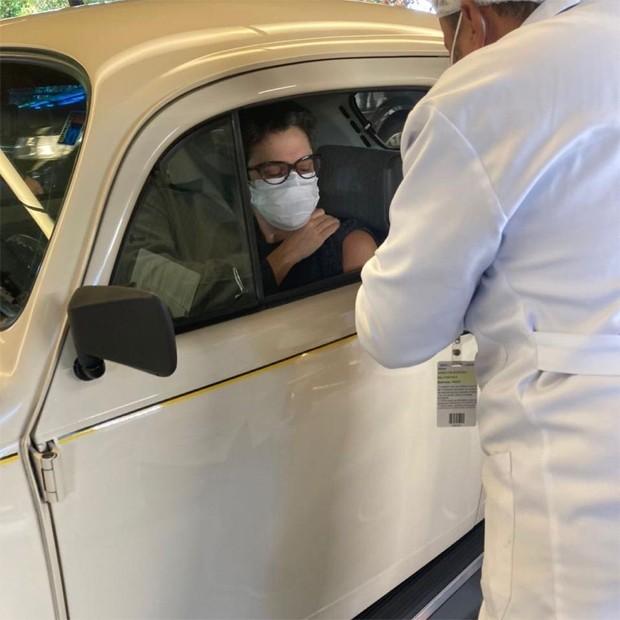 Jornalista Sandra Annenberg vai se vacinar de Fusca e carro chama atenção – VÍDEO
