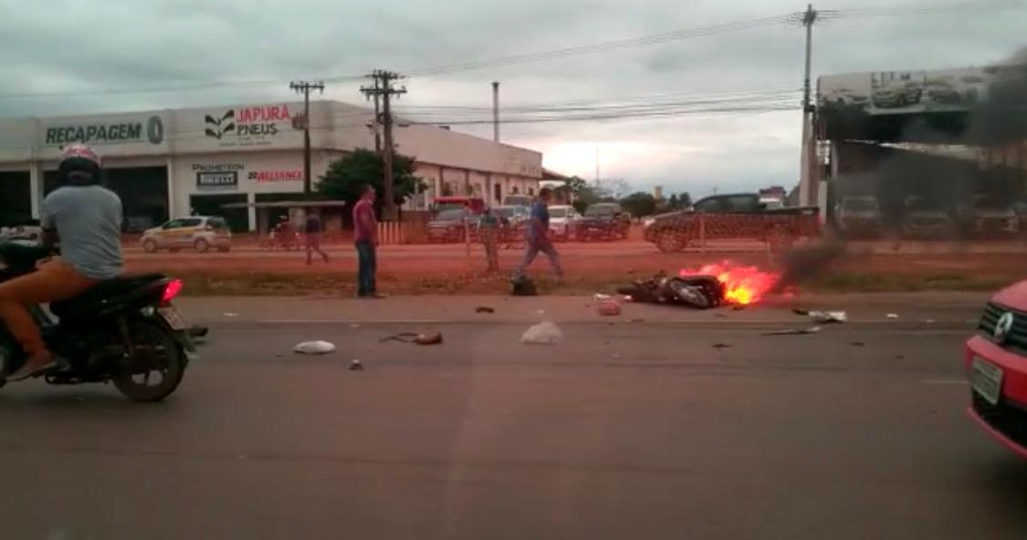 URGENTE – Motocicleta pega fogo em grave acidente na BR-364 em frente ao Atacadão