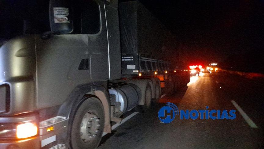 Pedestre morre atropelado por carreta ao tentar atravessar BR-364 na capital