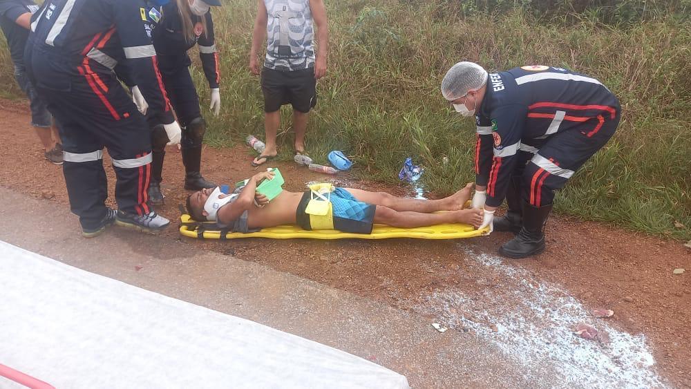 Motociclista sofre fratura ao ser atingido por caiaques que caíram de veículo na BR-319