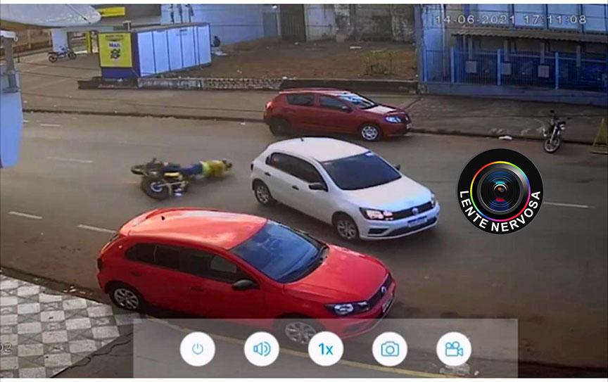 Câmera registrou acidente que resultou em destruição de carro por mototaxista – VEJA O VÍDEO