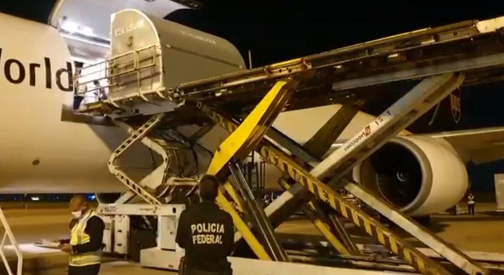 Covid: avião com mais 527 mil doses da vacina da Pfizer chega ao Brasil
