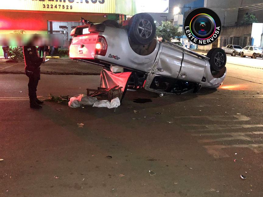 Caminhonete capota em grave acidente na região central da capital