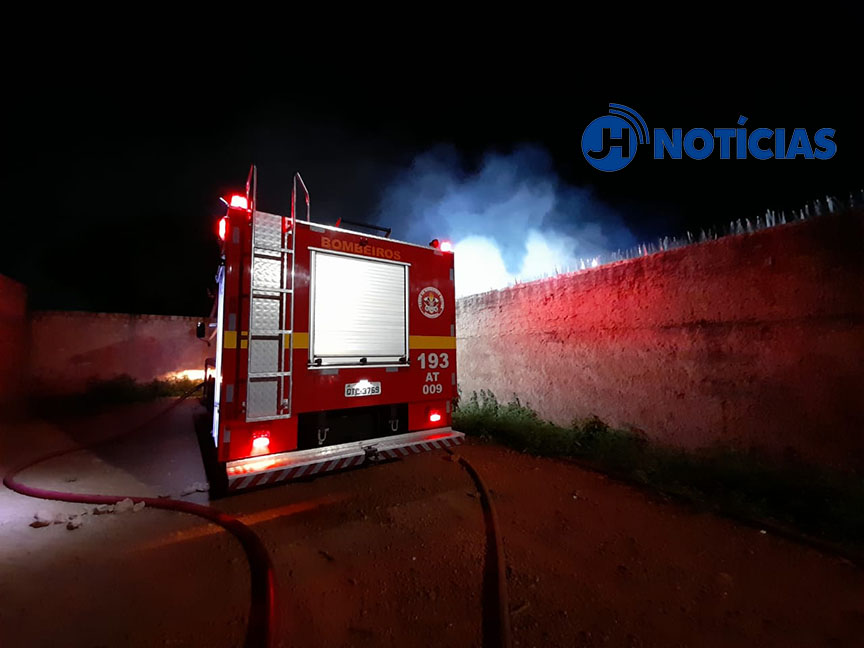 Bombeiros combatem incêndio que destruiu residência na zona sul da capital