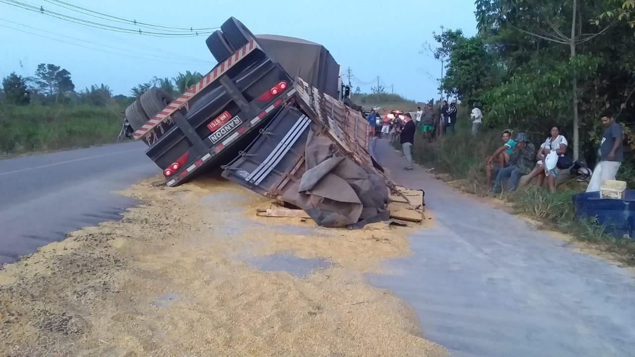 Carreta carregada com milho tomba em Porto Velho e população saqueia carga