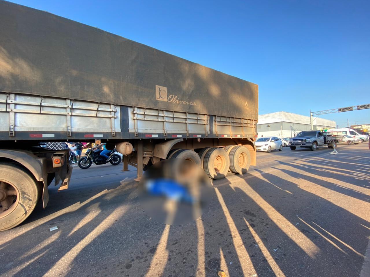 Motociclista morre ao ser arrastado por carreta na Avenida Jorge Teixeira