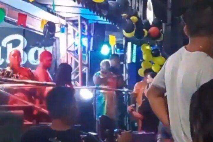 Patixa Teló invade palco de forró e anuncia candidatura à prefeitura de Manaus; veja vídeo