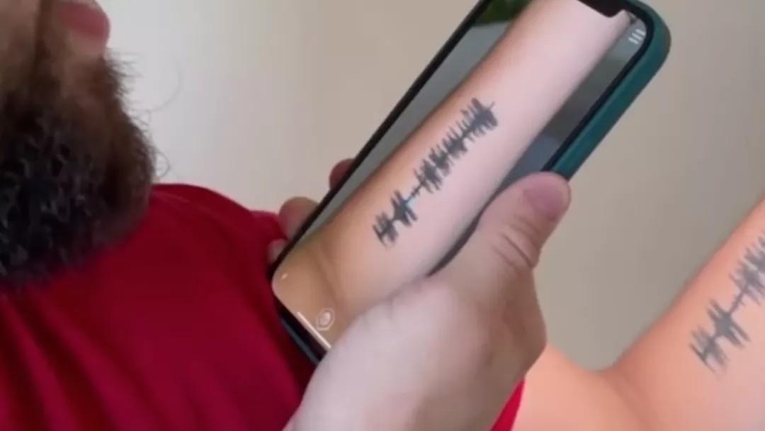 Jovem usa tatuagem para relembrar risada da mãe que morreu vítima da Covid-19, em RO