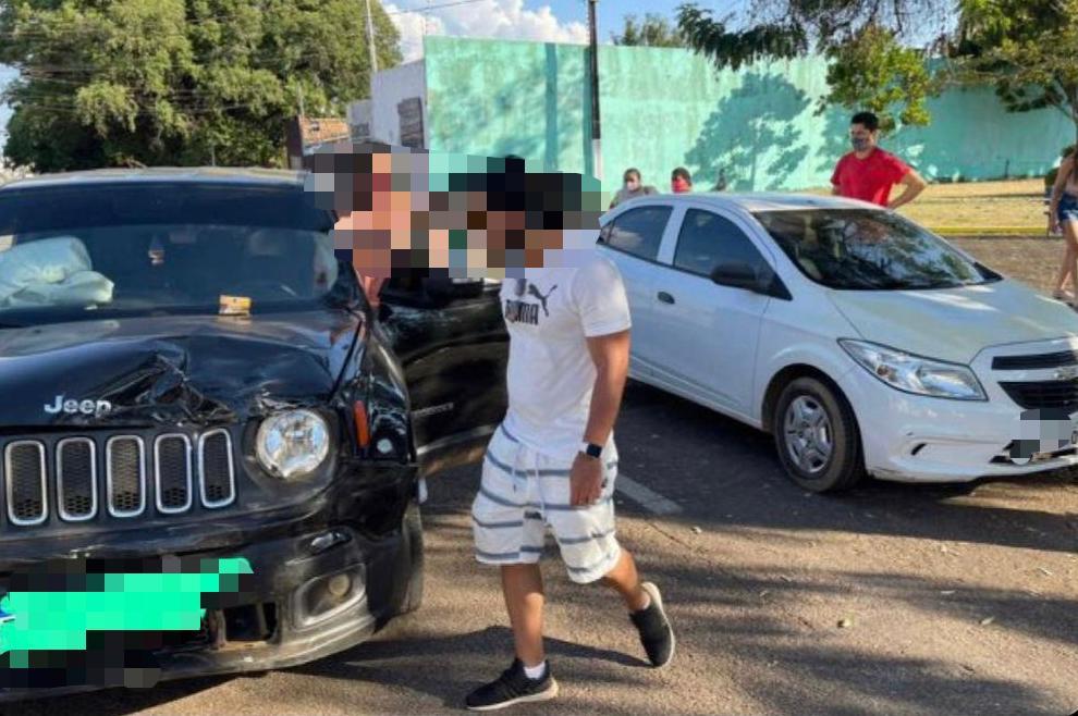 Advogado embriagado é preso após colidir em carro estacionado