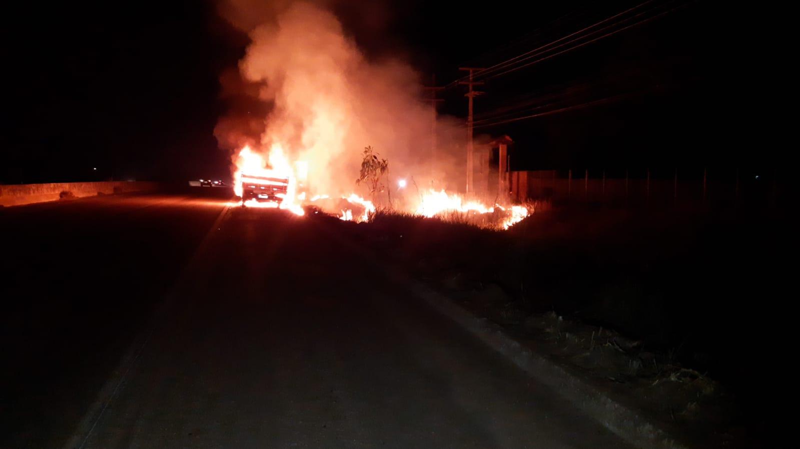 URGENTE – Caminhão está sendo destruído por incêndio em Porto Velho