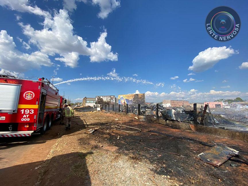 Incêndio destrói materiais em pátio de empresa na zona leste – VÍDEO