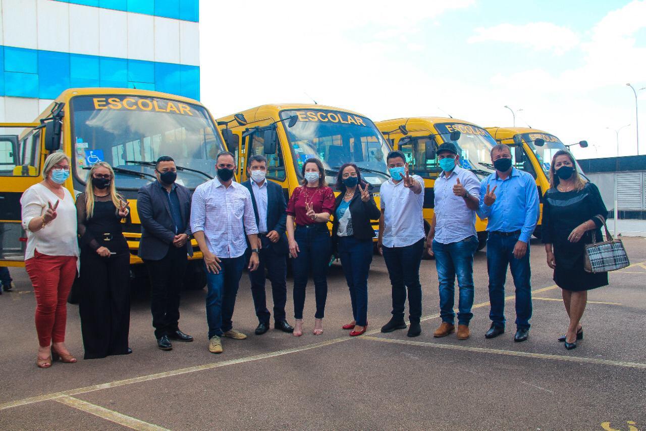 Vereadora Márcia Socorristas Animais participa de solenidade de entrega de ônibus escolares