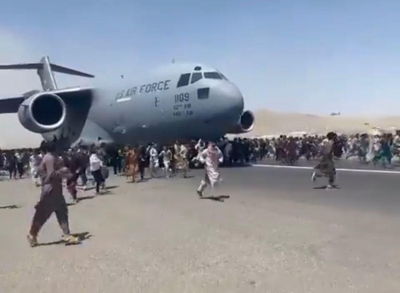 Afegãos se penduram em avião em ato de desespero após entrada do Talebã em Cabul – VÍDEO