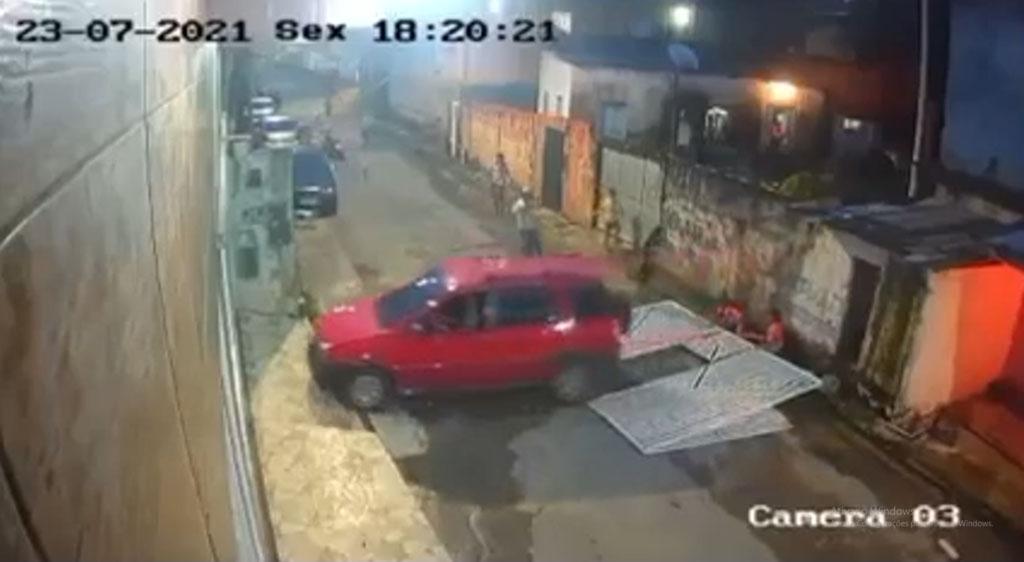 Adolescente perde controle do carro e atropela crianças em Manaus; veja vídeo