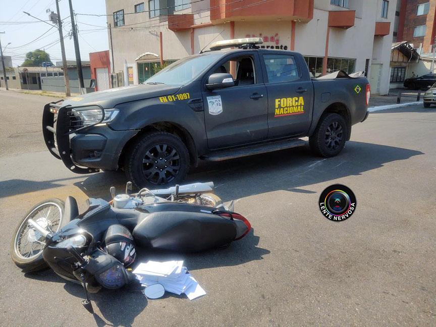Passageira de moto quebra o braço ao ser atingida por viatura da Força Nacional em cruzamento