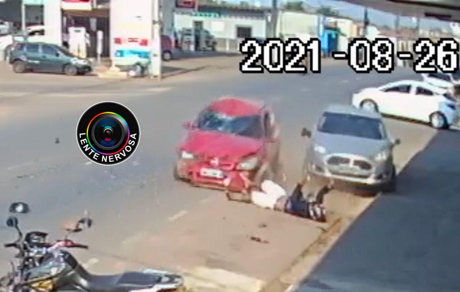 IMPRESSIONANTE – Motociclista fica gravemente ferido ao ser atingido por carro em cruzamento – VÍDEO