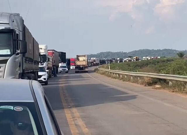 Vídeo: motoristas aguardam 2 horas para trafegar pela BR-364 rumo à Ponta do Abunã