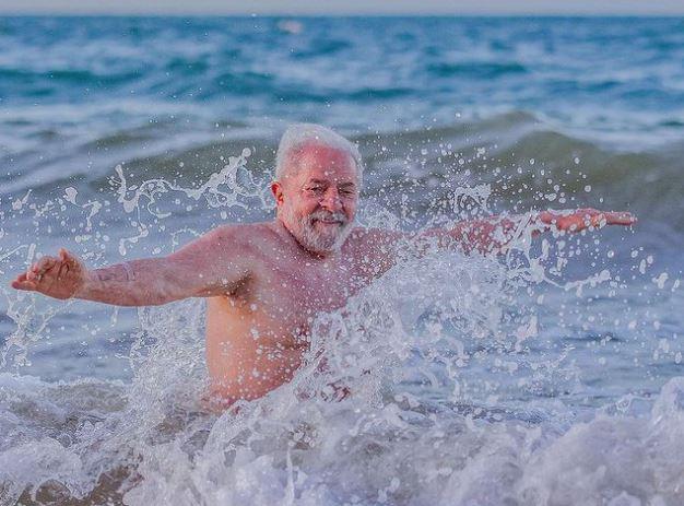 Praia é interditada em Fortaleza para que Lula e a namorada tomem banho