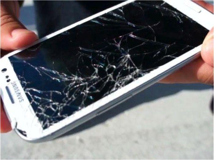 Homem quebra o celular da namorada após ela mudar status para solteira