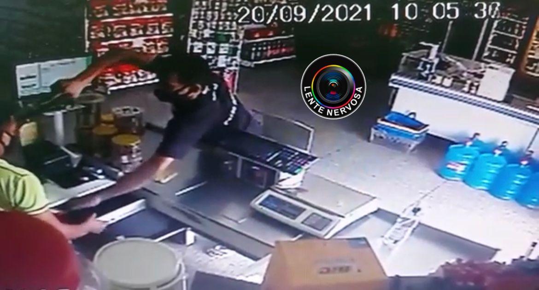 Vídeo: criminoso aponta arma para cabeça de vítima durante assalto na capital