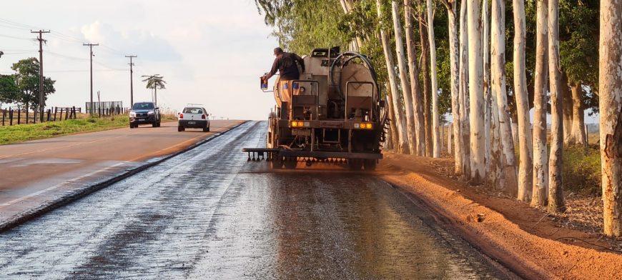 DER inicia aplicação de camada de material asfáltico nos primeiros quilômetros da ciclovia na RO-479, em Rolim de Moura