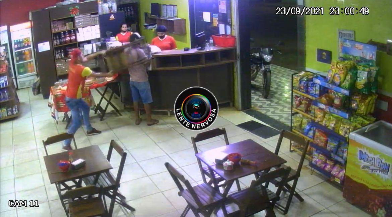 VÍDEO: criminoso é espancado por populares durante roubo em padaria na zona leste