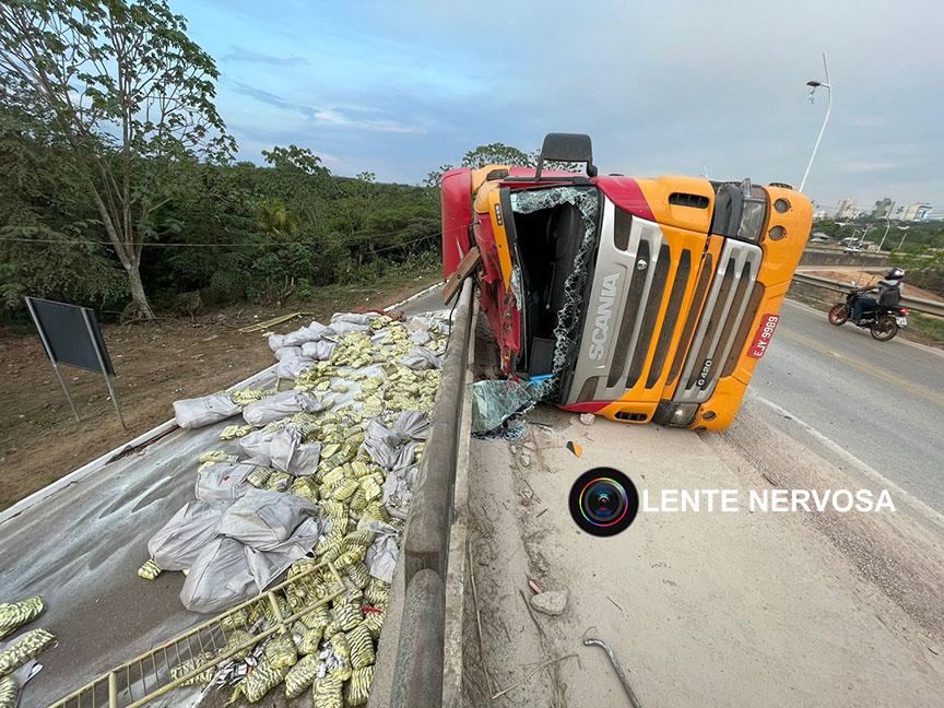 Carreta com 51 toneladas de açúcar tomba ao derrapar em brita na ponte sobre o Rio Madeira – VÍDEO
