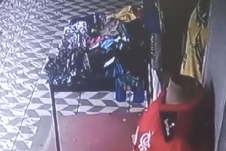 REVOLTANTE – Mãe desnaturada usa filha para fazer arrastões em lojas