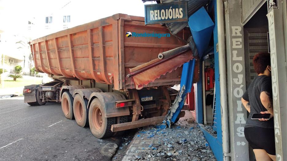 Vídeo: caminhão desgovernado quebra poste e atinge loja no centro da capital