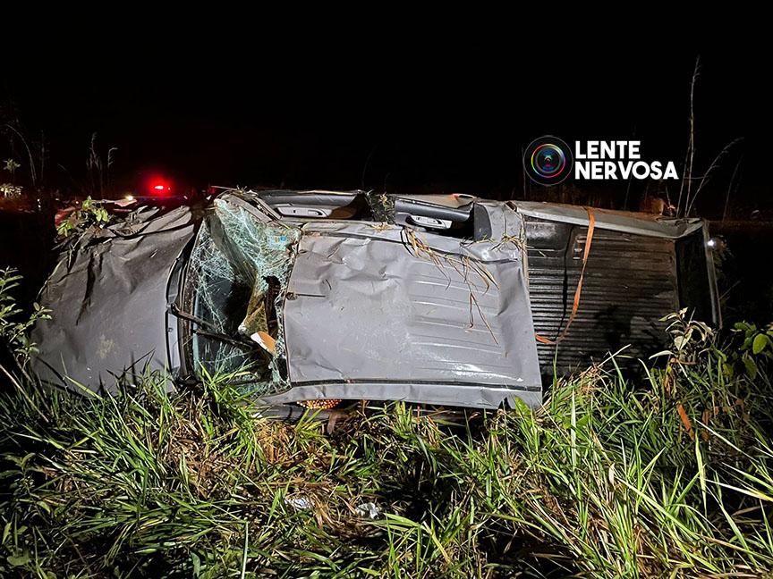 VEJA FOTOS – Motorista capota caminhonete da Marinha após colisão com moto na BR-364, em Porto Velho